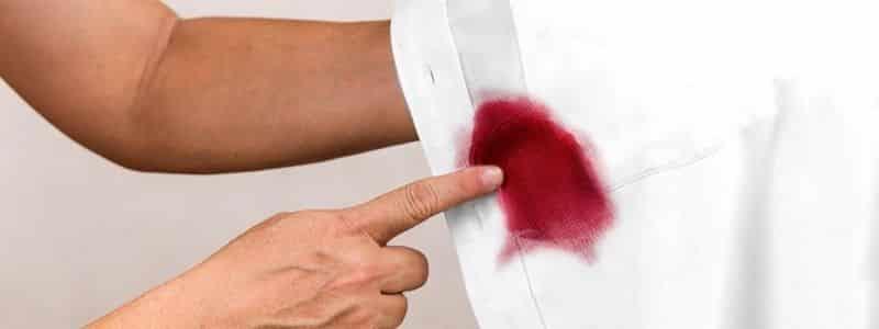 Como sacar manchas de vino tinto seco de la ropa